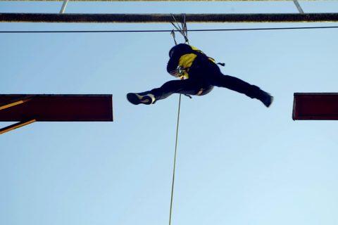 通过高空拓展训练项目来提高学员心理素质