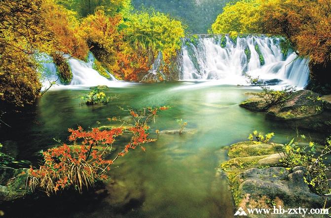 绿林山现已开放和开发的景点中有中国唯一保存完好的绿林寨千年古兵寨群,有湖北新九寨之称的美人谷瀑布群,有被中国科学院权威专家论证为世界首例、中华奇珍的空山洞天然石编钟,有唯一可带小孩漂流的华中唯一亲情漂的鸳鸯溪漂流,有浩渺无边、充满神秘色彩的原始森林,有华中地区最大的素质拓展基地和真人CS野战基地,有负氧离子每立方厘米高达12万个被誉为天然氧吧的健康养生度假村。这里山水旖旎,文化厚重,集观光、体验、访古、度假、养生于一体,是华中地区生态旅游胜地。